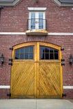 Puertas viejas del garage fotografía de archivo
