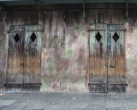 Puertas viejas del negocio en el barrio francés de New Orleans Foto de archivo libre de regalías