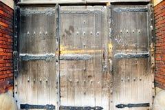 Puertas viejas y de madera clásicas Fotos de archivo libres de regalías