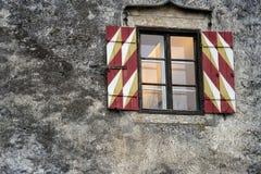 Puertas viejas y ventanas viejas en la ciudad vieja Fotos de archivo libres de regalías