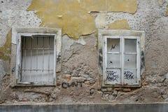 Puertas viejas y ventanas viejas en la ciudad vieja Imágenes de archivo libres de regalías