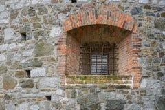 Puertas viejas y ventanas viejas en la ciudad vieja Imagen de archivo libre de regalías