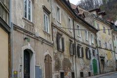 Puertas viejas y ventanas viejas en la ciudad vieja Foto de archivo libre de regalías