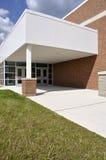 Puertas y acera de entrada por una escuela Fotos de archivo libres de regalías