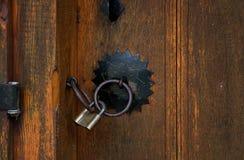 Puertas y candado viejos de madera, Bulgaria, Jeravna Fotografía de archivo
