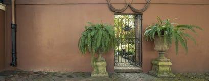 Puertas y entradas escénicas, arquitectura única, vieja, adornada Imagenes de archivo