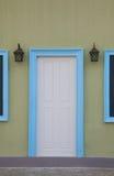 Puertas y marcos de puerta blancos en azul Fotografía de archivo