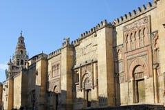 Puertas y torre de alarma de la mezquita en Córdoba Foto de archivo libre de regalías