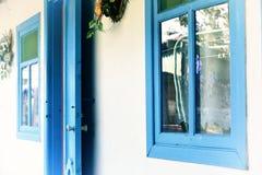 Puertas y ventanas azules Imagenes de archivo