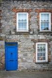 Puertas y ventanas azules de un viejo hogar Imágenes de archivo libres de regalías