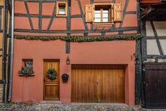 Puertas y ventanas de Brown en las paredes pálidas de la nata Fotos de archivo libres de regalías