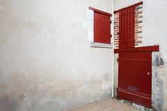 Puertas y ventanas de madera rojas Fotos de archivo