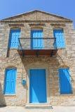 Puertas y ventanas griegas azules tradicionales Imágenes de archivo libres de regalías