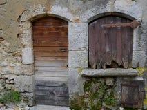 Puertas y ventanas medievales en Perouges Foto de archivo libre de regalías