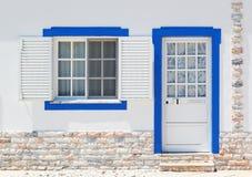 Puertas y ventanas portuguesas clásicas antiguas de la arquitectura. Fotografía de archivo