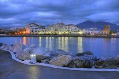 Puerto Banus在晚上, Costa del Sol,西班牙之前 库存图片