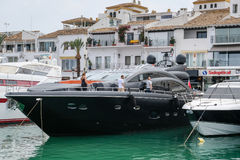 PUERTO BANUS, ANDALUCIA/SPAIN - 7月6日:港口的看法 库存图片