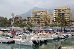 PUERTO BANUS, ANDALUCIA/SPAIN - 7月6日:港口的看法 免版税库存图片