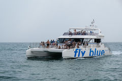 PUERTO BANUS - 6-ОЕ ИЮЛЯ: Катамаран покидая Puerto Banus Испания дальше стоковые изображения rf