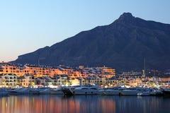 在黄昏,西班牙的Puerto Banus 库存图片