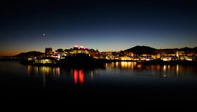 Puerto Banus在马尔韦利亚,西班牙在晚上 免版税库存照片