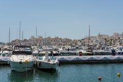 PUERTO BANUS ANDALUCIA/SPAIN - 5月26日:小船看法在Har的 库存照片