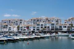 PUERTO BANUS ANDALUCIA/SPAIN - 26 DE MAYO: Vista de barcos en el Har fotografía de archivo