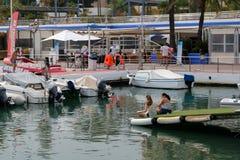 PUERTO BANUS, ANDALUCIA/SPAIN - 6 JULI: Mening van de Haven binnen royalty-vrije stock afbeeldingen