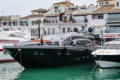 PUERTO BANUS, ANDALUCIA/SPAIN - 6 JULI: Mening van de Haven binnen stock afbeeldingen