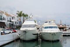 PUERTO BANUS, ANDALUCIA/SPAIN - JULI 6: Sikt av hamnen in arkivbilder