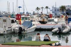 PUERTO BANUS, ANDALUCIA/SPAIN - JULI 6: Sikt av hamnen in arkivbild
