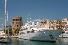 PUERTO BANUS, ANDALUCIA/SPAIN - 26 MAGGIO: Vista di un yacht di lusso fotografie stock