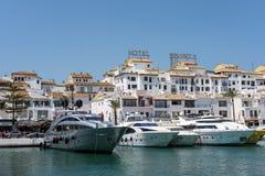 PUERTO BANUS ANDALUCIA/SPAIN - MAJ 26: Sikten av lyx seglar in royaltyfria bilder
