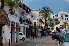 Puerto Banus avec des boutiques et des restaurants Photographie stock libre de droits