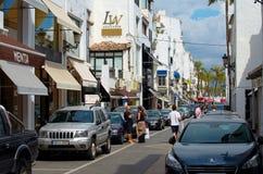 Puerto Banus avec des boutiques et des restaurants Image libre de droits