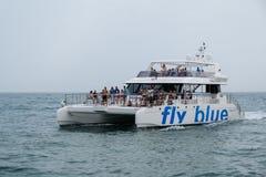 PUERTO BANUS - JULI 6: Katamaran som lämnar på Puerto Banus Spanien royaltyfria bilder