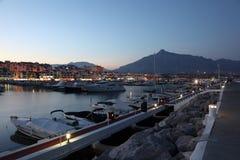 在黄昏的Puerto Banus。 Marbella,西班牙 库存照片