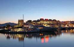 Puerto Banus no crepúsculo, Espanha Imagem de Stock