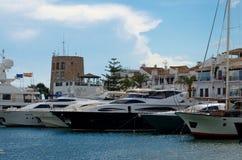 Puerto Banus och stora yachter Arkivbilder
