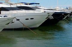 Puerto Banus och stora yachter Royaltyfria Bilder