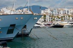 Puerto Banus och stora yachter Arkivbild