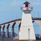 Puerto Borden Range Rear Lighthouse y puente de la confederación Imágenes de archivo libres de regalías