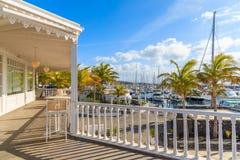 Puerto Calero小游艇船坞传统加勒比样式建筑学  免版税库存图片