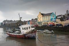 Puerto Co Cork Ireland de Youghal con el barco de pesca viejo Fotografía de archivo libre de regalías