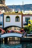 Puerto colorido con las palmeras en Puerto De Mogan Fotos de archivo libres de regalías