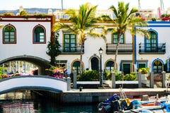 Puerto colorido con las palmeras en Puerto De Mogan Foto de archivo libre de regalías