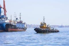 Puerto comercial, Baku, Azerbaijan - 29 de marzo de 2017 Encienda la nave entra en el puerto Imágenes de archivo libres de regalías