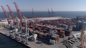 Puerto comercial con los envases y las grúas de elevación en la costa del Mar Negro, visión desde arriba almacen de video