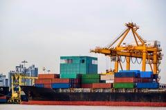 Puerto comercial de envío Cargamento del buque de carga del envase o descarga por la grúa fotografía de archivo
