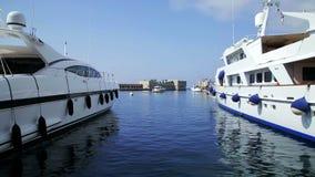 Puerto con las naves y los barcos del soldado almacen de metraje de vídeo